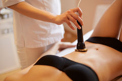 De voet van de vrouw in het water Het Lichaam die van de ultrasone klankcavitatie van Behandeling de contouren aangeven mier Stock Foto
