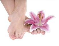 De voet van de vrouw met bloemlelie. Royalty-vrije Stock Afbeeldingen
