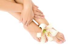 De voet van de vrouw met leliebloem Royalty-vrije Stock Foto's