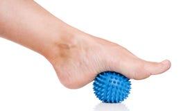 De voet van de vrouw met massagebal Royalty-vrije Stock Afbeelding