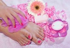 De voet van de vrouw in schoonheidsbehandeling Stock Foto's