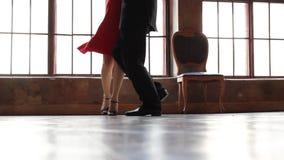 De voet van tangodansers stock videobeelden