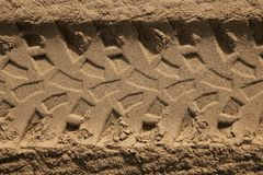 De voetafdruk van de autobanden van de vierling in strandzand Stock Foto