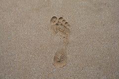 De voetafdruk van de mens in het zand Stock Fotografie