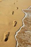 De voetafdrukken op het zand bij het strand van Phu Quoc Stock Foto's