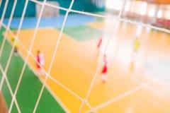 De voetbal defocused spelers op gebied, Futsal-balgebied in de gymnastiek binnen, het gebied van de Voetbalsport Stock Foto's