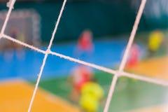 De voetbal defocused spelers op gebied, Futsal-balgebied in de gymnastiek binnen, het gebied van de Voetbalsport Stock Afbeeldingen