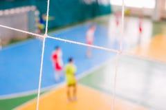De voetbal defocused spelers op gebied, Futsal-balgebied in de gymnastiek binnen, het gebied van de Voetbalsport Royalty-vrije Stock Afbeeldingen