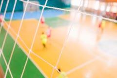 De voetbal defocused spelers op gebied, Futsal-balgebied in de gymnastiek binnen, het gebied van de Voetbalsport Stock Foto