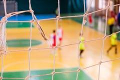 De voetbal defocused spelersanctie op gebied, Futsal-balgebied in de gymnastiek binnen, het gebied van de Voetbalsport Stock Foto