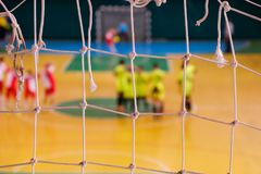 De voetbal defocused spelersanctie op gebied, Futsal-balgebied in de gymnastiek binnen, het gebied van de Voetbalsport Stock Afbeeldingen
