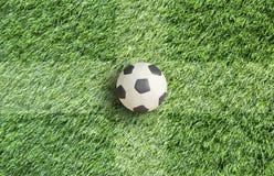 De Voetbal van de plasticine op gras Royalty-vrije Stock Foto's