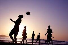 De Voetbal van de zonsondergang royalty-vrije stock afbeeldingen