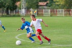 De voetbal van het jonge geitje stock foto's