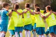 De voetbal van het jonge geitjesvoetbal - kinderenspelers die na victo vieren stock foto