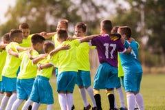 De voetbal van het jonge geitjesvoetbal - kinderenspelers die na victo vieren royalty-vrije stock foto