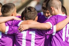 De voetbal van het jonge geitjesvoetbal - kinderenspelers die na victo vieren royalty-vrije stock foto's