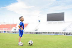 De voetbal van het jongensspel Stock Fotografie