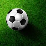 De voetbal van het voetbal op grasgebied Stock Afbeelding