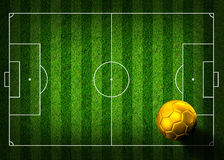 De voetbal van het voetbal op grasgebied Stock Afbeeldingen