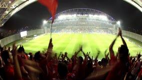 De voetbal zingt het stadion van de teamhymne