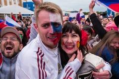 De voetbalfans letten op een voetbalwedstrijd tussen Russische nationa Stock Foto