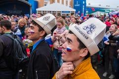 De voetbalfans letten op een voetbalwedstrijd tussen Russische nationa Stock Foto's