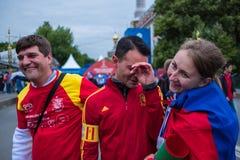 De voetbalfans letten op een voetbalwedstrijd tussen Russische nationa Royalty-vrije Stock Afbeeldingen