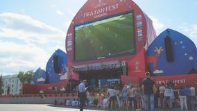 De voetbalfans letten op levende uitzending van gelijke in de ventilatorstreek van de wereldbeker van FIFA van 2018 in Samara stock footage