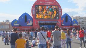 De voetbalfans letten op levende uitzending van de gelijke in de ventilatorstreek van de wereldbeker van FIFA van 2018 in Samara stock footage