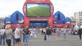 De voetbalfans letten op levende uitzending van de gelijke in de ventilatorstreek van de wereldbeker van FIFA van 2018 in Samara stock videobeelden