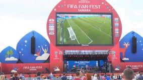 De voetbalfans letten op levende uitzending van de gelijke in de ventilatorstreek van de wereldbeker van FIFA van 2018 in Samara stock video