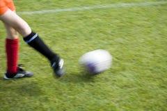 De Voetballer die van meisjes de Bal overgaat Royalty-vrije Stock Fotografie