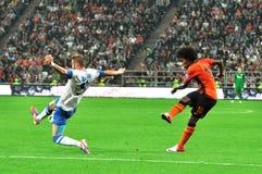 De voetballer houdt de bal na het raken Royalty-vrije Stock Foto's