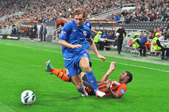 De voetballer Illichivets duwde de tegenstander op Stock Afbeelding