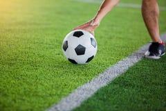 De voetballer krijgt de bal of het plaatsen van de bal aan vrije schop stock fotografie