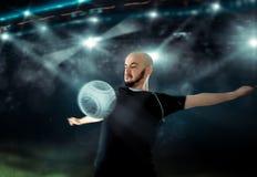 De voetballer ontvangt de bal op zijn borst in voetbalspel Stock Foto