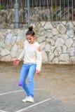 De voetballer van het tiener mooie kind opleiding met kleine bal op sportgebied royalty-vrije stock foto's