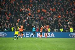 De voetballers van Shakhtar vieren genoteerd doel tegen Borussia Dortmund Stock Afbeelding