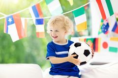 De voetbalspel van het jonge geitjeshorloge Kind het letten op voetbal royalty-vrije stock foto