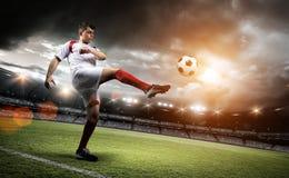De voetbalster schopt een bal in het stadion royalty-vrije stock fotografie