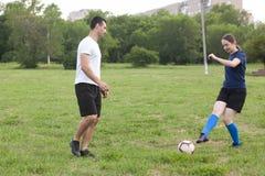 De voetbalstervrouw pakt de bal van haar tegenstander op voetbalgebied bij stadion aan stock foto's