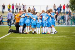De voetbalteam van het kinderenvoetbal met bus Groep die jonge geitjes zich op de hoogte verenigen Bus die het teaminstru geven v royalty-vrije stock foto's