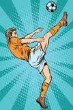 De voetbalvoetballer schopt de bal Royalty-vrije Stock Fotografie