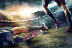 De voetbalvoetbalsters bij het stadion in motie stock foto's