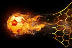 De voetbalvuurbol noteert een doel op het net stock foto