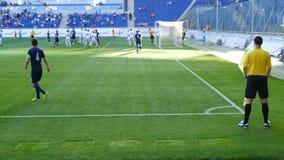 De voetbalwedstrijd, speler neemt een hoek stock videobeelden