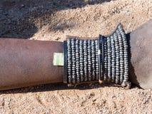 De voetbescherming dient ook als stam van de vrouwenportefeuille van Himba, noordelijk Namibië royalty-vrije stock afbeelding