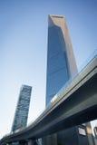 De voetbrug door het de Wereld Financiële Centrum van Shanghai (SWF Stock Afbeelding