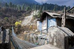De voetbrug van de opschorting in Himalayagebergte, Nepal Royalty-vrije Stock Afbeelding